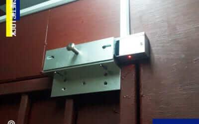 ประตูกลอนแม่เหล็กไฟฟ้า & เครื่องทาบบัตรสแกนนิ้ว ติดตั้งที่ ตลาดไท